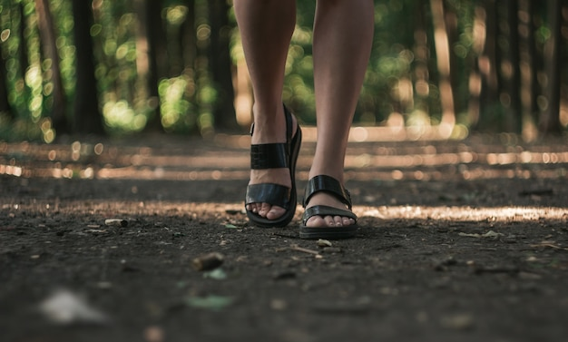 女の子が歩く、女性の足のクローズアップ。