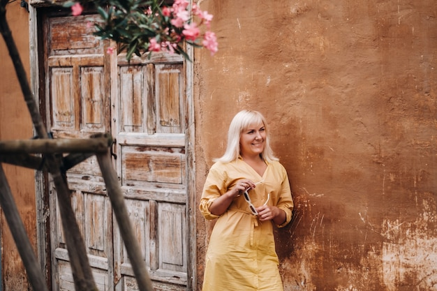 한 소녀가 화창한 날 테네리페 섬의 라 라구나 구시가지에서 산책을 하고 있습니다. 한 관광객이 카나리아 제도의 테네리페 구시가지를 걷습니다.스페인.