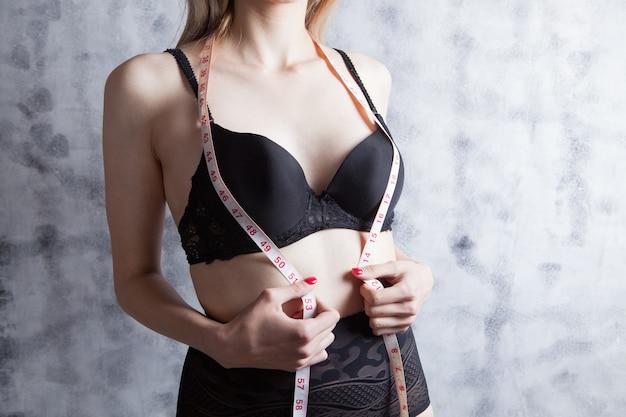 센티미터의 소녀가 몸을 측정합니다.