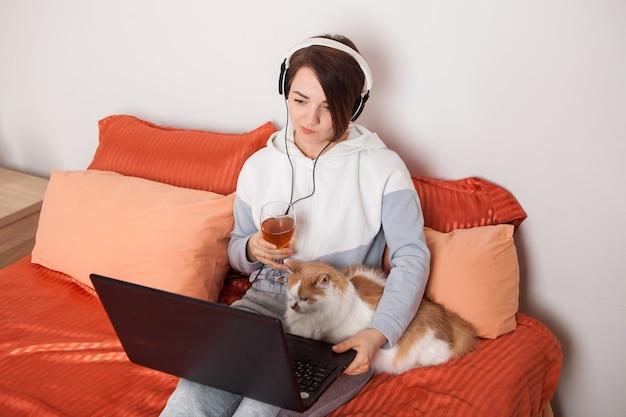 グラスワインを持った女の子が友人や親戚とオンラインでコミュニケーションをとる