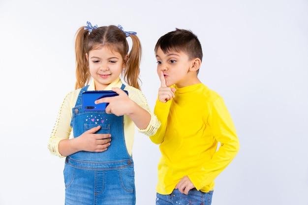 Девушка с косичками общается по видеоконференции. мальчик тихонько показывает пальцем.