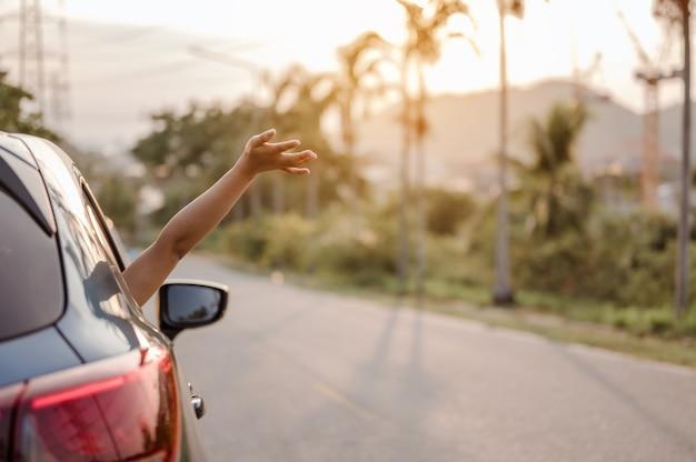 Девушки, счастливые в путешествии, наслаждаются отдыхом и отдыхом с друзьями вместе получают атмосферу