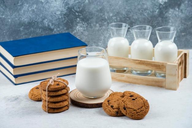 맛있는 쿠키와 함께 유리와 우유 병.