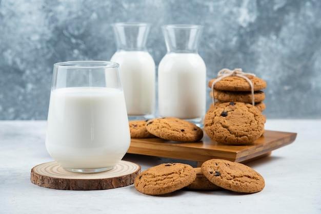 おいしいクッキーの入ったグラスとミルクの瓶。