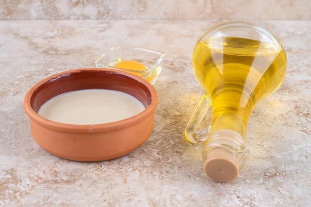 油のガラス瓶と生卵