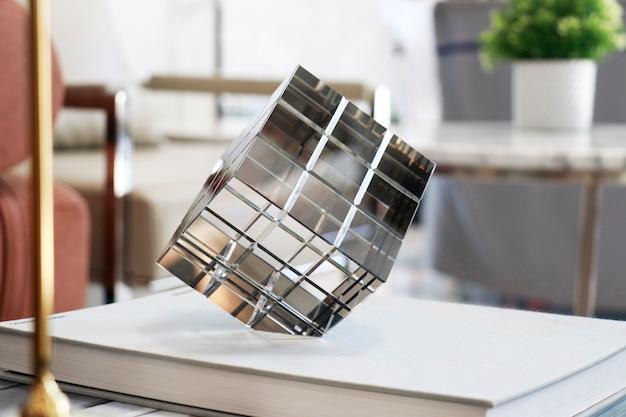 Стеклянная кубическая призма для украшения лаунджа или гостиной.
