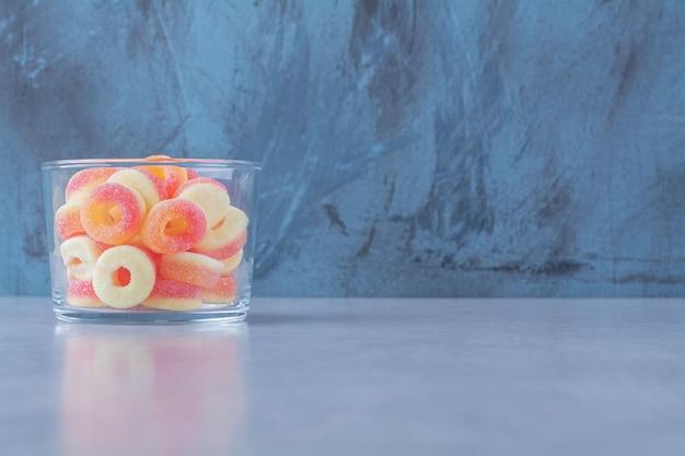 다채로운 과일 설탕 마멀레이드가 가득한 유리 컵
