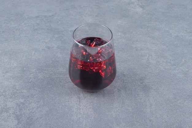 角氷と新鮮なザクロジュースのガラスカップ。高品質の写真