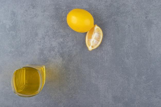 スライスしたレモンとレモネードのガラスカップ。高品質の写真