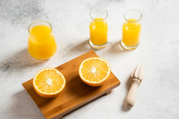 オレンジのスライスとフレッシュジュースのガラスカップ。