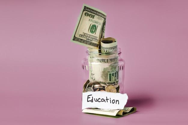 동전과 비문 교육 유리 항아리. 교육 비용 절감의 개념