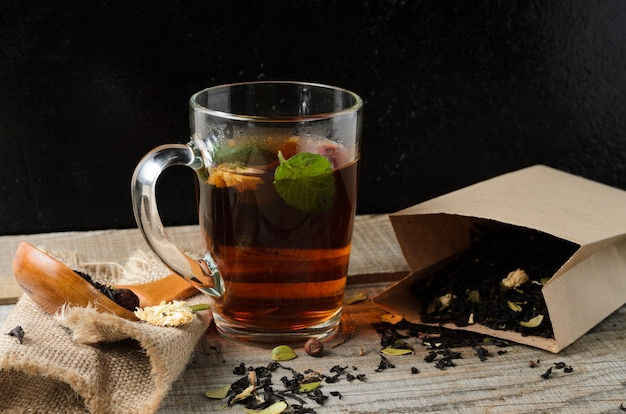 香り高い淹れたての花茶のグラスマグ