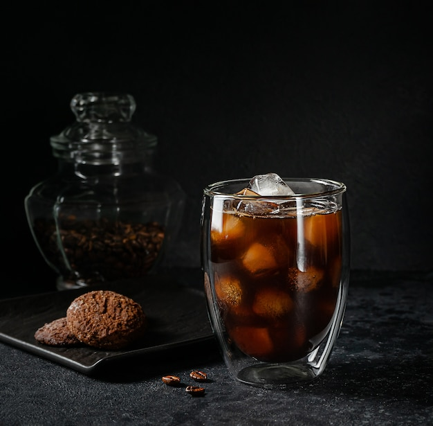 얼음이 가득한 아메리카노 커피 한잔