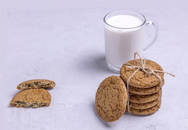 오트밀 쿠키와 함께 ayran 한 잔