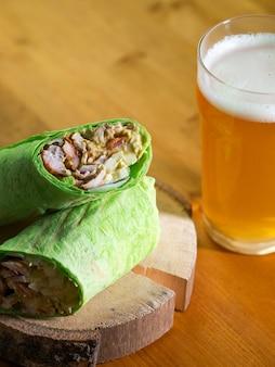 ビール1杯と鶏肉と野菜のサンドイッチ、甘いカレーソース