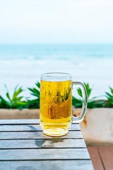 Стакан пива на деревянном столе