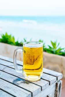 木製のテーブルにビールのグラス