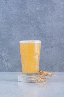 흰색 표면에 밀가루와 맥주 한 잔