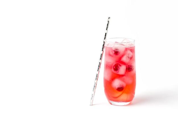 Стакан вишневой соды со льдом на белом фоне.