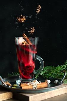 Бокал рождественского глинтвейна со специями