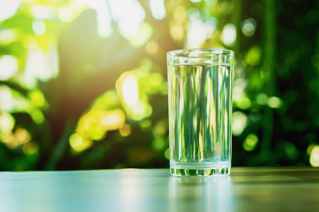 깨끗하고 자연적인 식수 한 잔