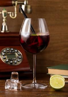 テーブルの上の冷たいサングリアのガラス