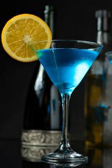 オレンジで装飾されたディンクブルーのガラス