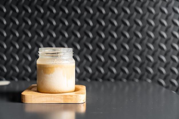차가운 신선한 우유 위에 에스프레소 한 잔이 커피 숍에서 더러운 커피라는 그라데이션 레이어를 만듭니다.