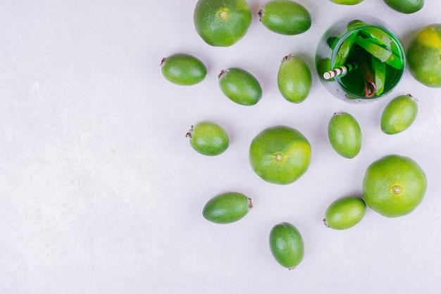 페이 조아와 만다린이 들어간 녹색 음료 한잔