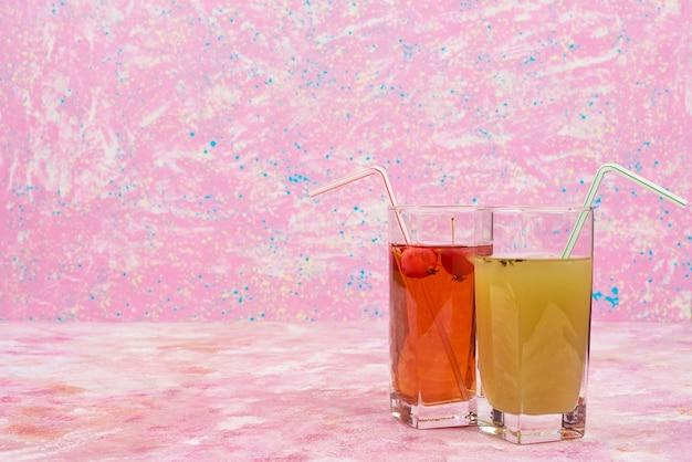 緑のジュースと赤のジュースのグラス。