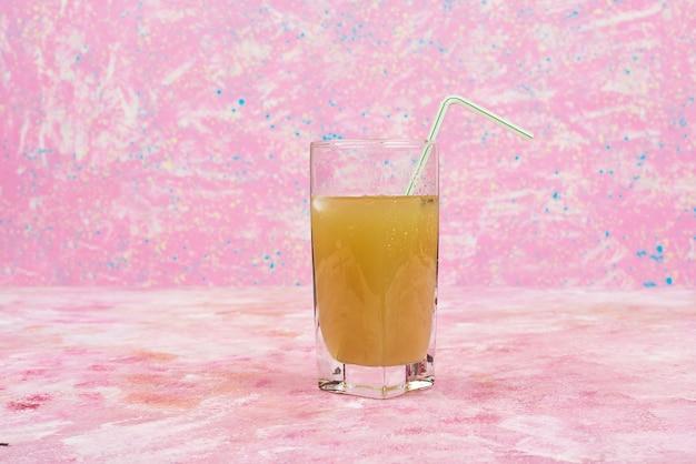 青汁のグラス。