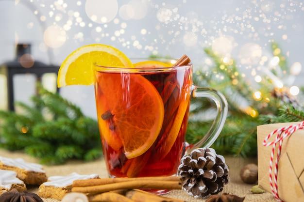 新年の設定でホットワイン、ホットワインのグラス。クリスマス、冬の温かい飲み物。