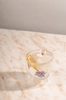 대리석 테이블에 꽃으로 장식 된 얼음 물 한잔