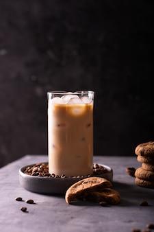 アイスラテとチョコレートクッキーのグラス
