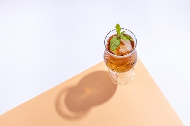 Стакан коктейля из чайного гриба с мятой и льдом