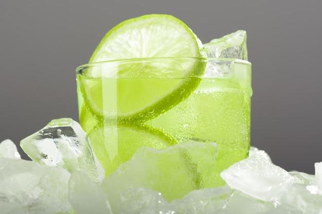 氷の上にライムとレモネードのガラス