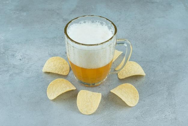 감자 칩과 함께 가벼운 맛있는 맥주 한 잔. 고품질 사진