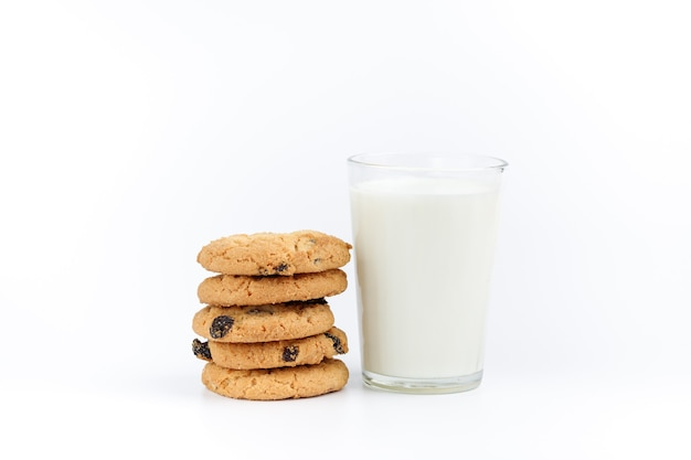 Стакан молока и печенье с изюмом на белом фоне
