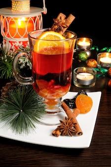 クリスマスに材料とグリューワインのグラス