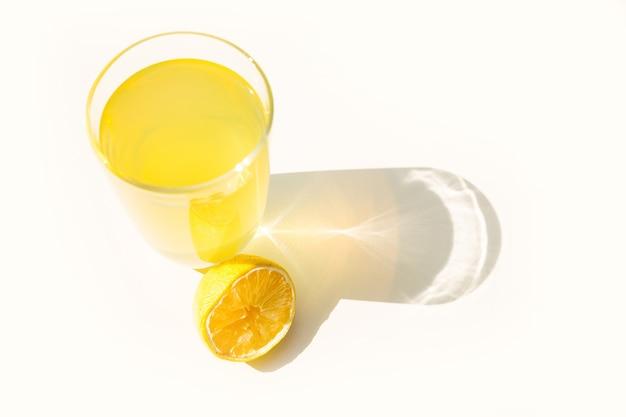 天然レモネードのグラス。