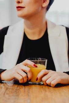 아침 식사로 오렌지 주스 한잔