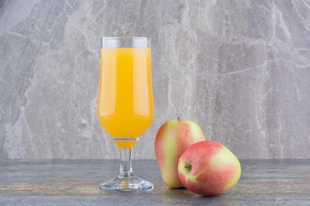 대리석 바탕에 오렌지 주스 한 잔입니다. 고품질 사진
