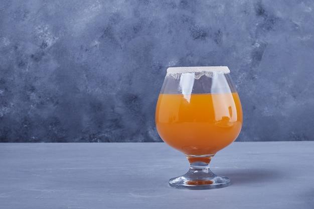 グラス一杯のオレンジジュース。