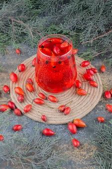 大理石の背景に赤いジュースのガラス。高品質の写真