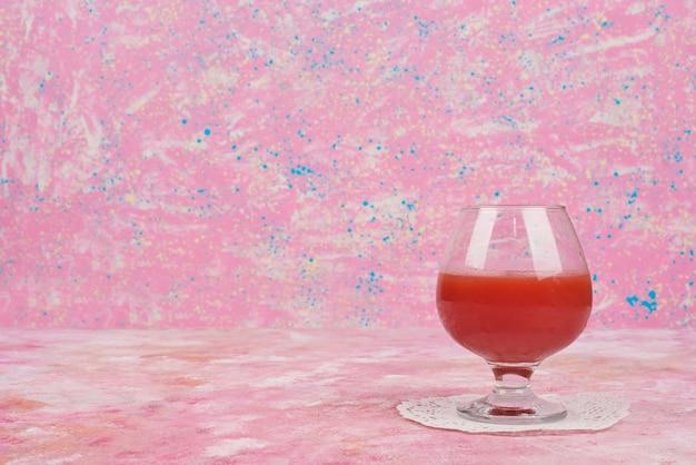 赤ジュースのグラス。