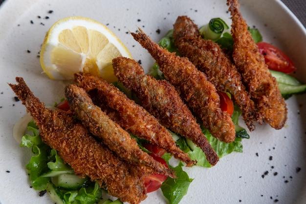 赤ワインとシーフードのグラス:レストランで野菜と焼きムール貝と一緒に魚