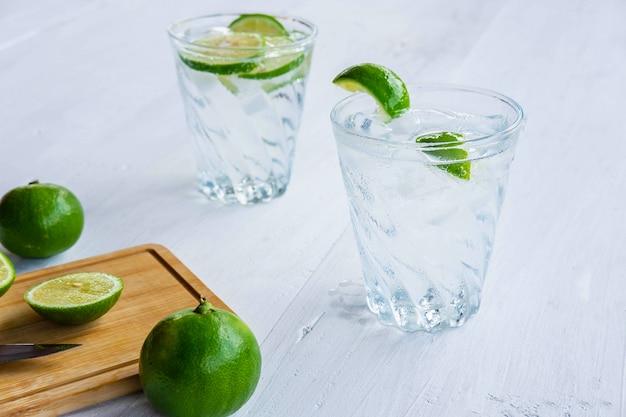 テーブルの上のソーダ、レモン、ライムのガラス