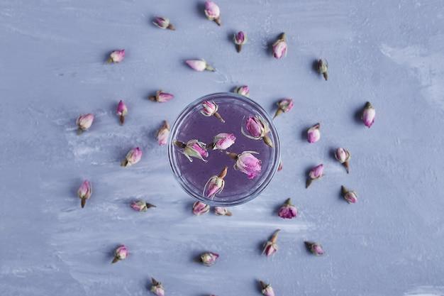 花が咲くバイオレットジュースのグラス。