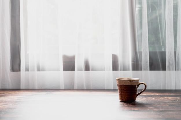 물 한 잔과 커피잔이 책상 위에 있습니다.