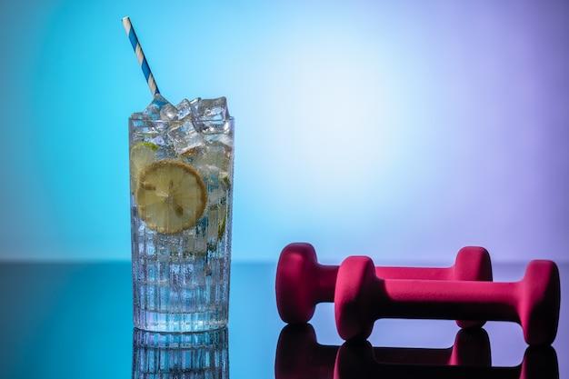 물 레몬 한 잔과 아령 해독 개념